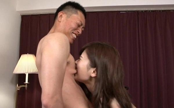男の乳首を思いっきり噛む早川瑞希