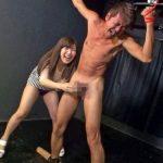 M男拘束して射精後のチンポをシコり続ける素人S女の手コキ責め!
