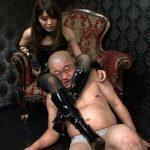 池袋SMクラブマーズの大沢美由紀女王様出演のSM動画 ボンテージのキャミソールにミニスカート姿で金蹴り乱れ打ち!