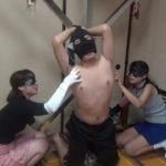 M男拘束くすぐりの刑!仮面で顔を隠した素人女2人が性的拷問